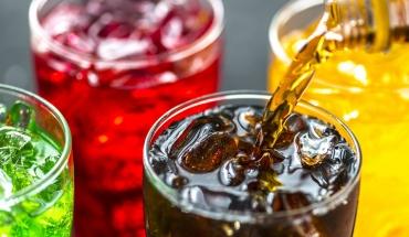 Αναψυκτικά και πρόχειρο φαγητό πλήττουν τον ύπνο των νέων