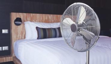Κάνει τελικά ή όχι καλό η χρήση ανεμιστήρα την ώρα του ύπνου;