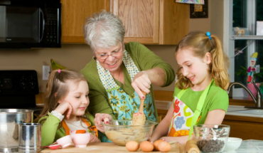 Ο παππούς και η γιαγιά κακομαθαίνουν τα εγγόνια στο φαγητό