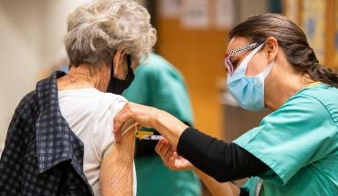 Αρχίζει ο σταδιακός εμβολιασμός με 3η δόση των ατόμων ηλικίας 65 ετών και άνω