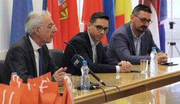 Τα Public παρέδωσαν 1300 tablets στο Υπουργείο Παιδείας