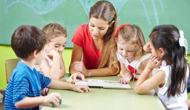 Eurostat: 2 εκατομμύρια εργαζόμενοι σε τομείς παιδικής φροντίδας στην ΕΕ