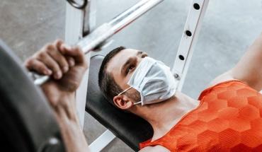 Η ήπια άσκηση με χρήση μάσκας φαίνεται να είναι δυνατή κι ακίνδυνη