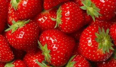 """Ο κόκκινος πειρασμός του καλοκαιριού που ονομάζουμε """"φράουλα"""""""