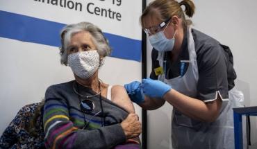Αρχίζει σύντομα ο εμβολιασμός των κάτω των 50 ετών στο Ηνωμένο Βασίλειο