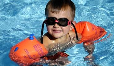 Πρέπει τα παιδιά να φοράνε μπρατσάκια στη θάλασσα;