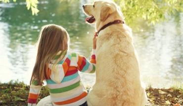 Καλύτερη η κοινωνικο-συναισθηματική ανάπτυξη παιδιών που μεγαλώνουν με σκύλους