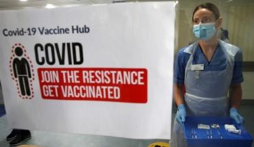 ΗB: Σε όλους τους ενήλικες προσφέρεται από σήμερα το εμβόλιο κατά του κορωνοϊού