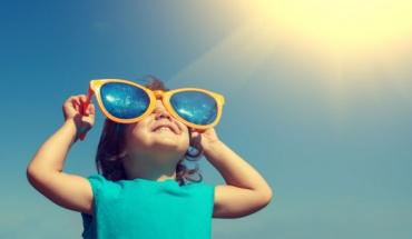 Παιδιά και έκθεση στον ήλιο: Μέτρα προστασίας για να μην έχουμε προβλήματα