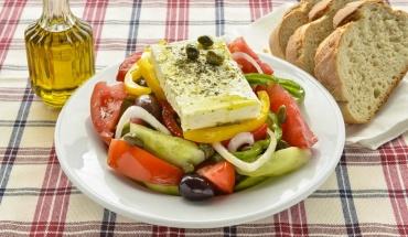 """Χωριάτικη σαλάτα: Ο διατροφικός """"βασιλιάς"""" του καλοκαιριού"""