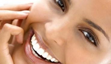 Λευκά δόντια με φυσικές συνταγές