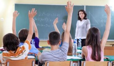 Αυλαία στα σχολεία με παιδιά να χαίρονται ή να αγχώνονται